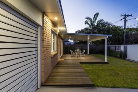 Photo pour Modern australian home front at dusk - image libre de droit