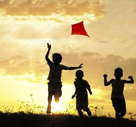 Foto de Children running with kite - Imagen libre de derechos