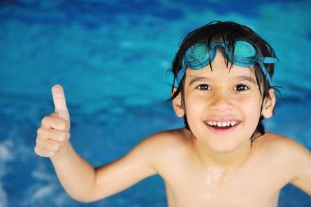 Photo pour Little boy at swimming pool - image libre de droit