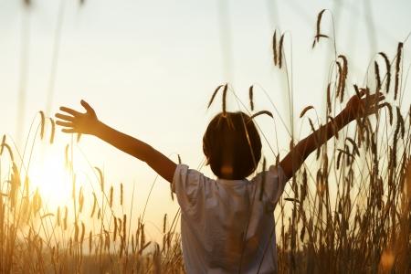 Photo pour Kid at wheat field - image libre de droit