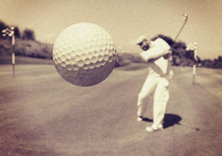 Foto de Man playing golf at club - Imagen libre de derechos