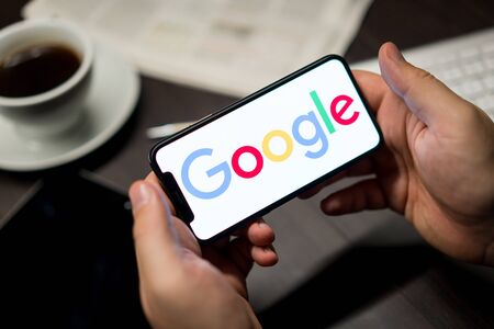 Photo pour New York, New York / USA - 11 11 2019: Logo of Google on the iPhone X in hands in office - image libre de droit