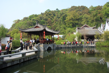 \Great hometown - Riverside\ is located in the scenic Wuyuan, Jiangxi Province, the famous attractions that Xiao Jiangzong Riverside shrine temple, brick, wood carving, stone carving realistic shape, full of elegant architectural elegance. pictured visi