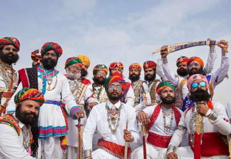 Photo pour BIKANER, INDIA - JANUARY 11, 2019: Indian men with a long mustaches in national clothes poses for a photo during Camel Festival in Rajasthan - image libre de droit