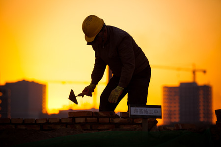 Photo pour silhouette of construction worker - image libre de droit