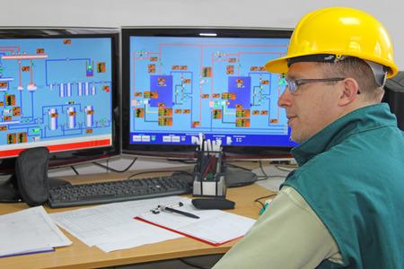 Foto de Industrial worker in control room - Imagen libre de derechos