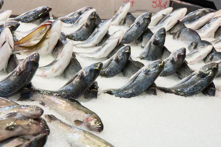 Photo pour Athens Greece April 06 2015: City Market. Stand with fresh fish imaginatively set. - image libre de droit