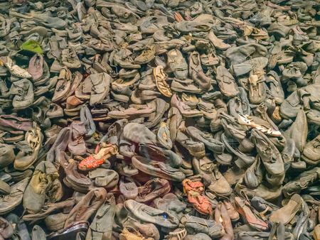 Foto de Auschwitz, OÅ›wiÄ™cim, Poland - June 05, 2019: The shoes from the people who were killed in Auschwitz. The biggest nazi concentration camp in Europe during World War II - Imagen libre de derechos