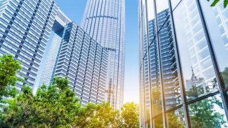 Foto de modern office building with green trees - Imagen libre de derechos