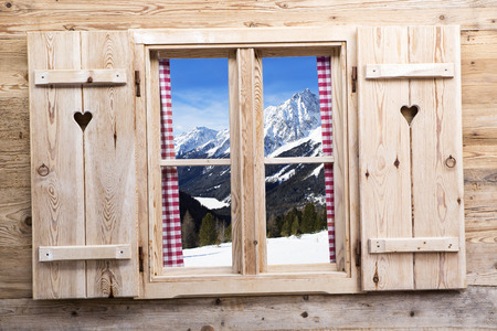 Photo pour Wooden window with snowy mountains as reflections - image libre de droit