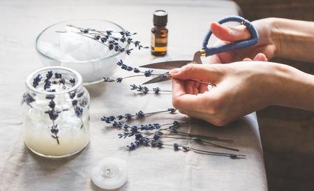 Photo pour handmade candles with lavender on textile background. - image libre de droit