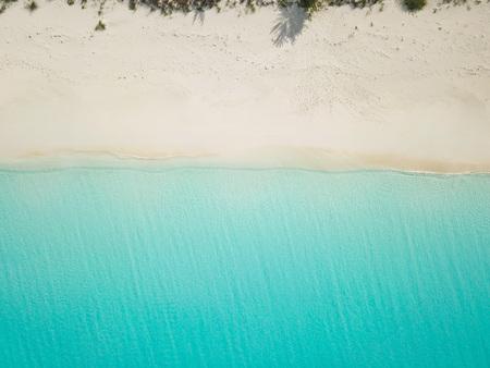 Photo pour Aerial view of sandy beach. exuma bahamas - image libre de droit