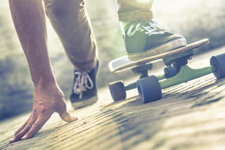 Foto de Skateboarder riding skateboard through the streets - Imagen libre de derechos