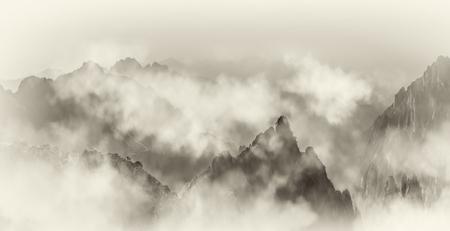 Photo pour The far mountain and cloud sea in Mount Huangshan - image libre de droit