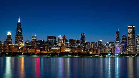 Foto de The Skyline of Chicago at night - Imagen libre de derechos