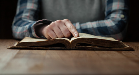 Photo pour Woman hands reading the bible - image libre de droit