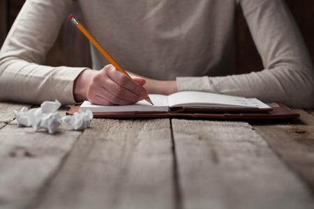 Photo pour hand writes with a pen in a notebook - image libre de droit