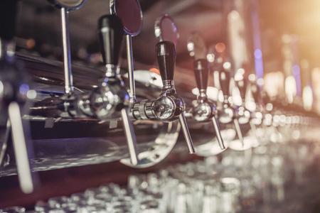 Foto de Shiny silver beer taps in pub - Imagen libre de derechos
