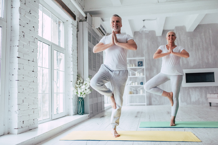 Photo pour Senior couple is doing fitness training at home. Doing yoga together. Healthy lifestyle concept. - image libre de droit