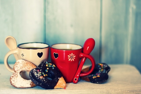 Photo pour Photo of cute coffee cups with heart-shaped cookies - image libre de droit