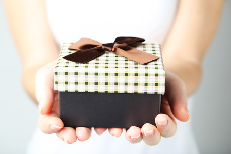 Photo pour Female hands holding gift box - image libre de droit
