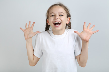 Photo pour Surprised young girl on grey background - image libre de droit
