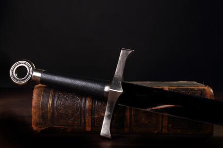 Foto de sword and old book close up - Imagen libre de derechos