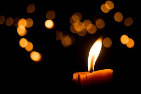 Photo pour One candle flame light at night with bokeh on dark background - image libre de droit