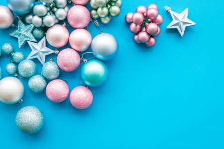 Photo pour Toys for New Year tree 2019 background. Blue and pink balls and stars on blue background top view. - image libre de droit