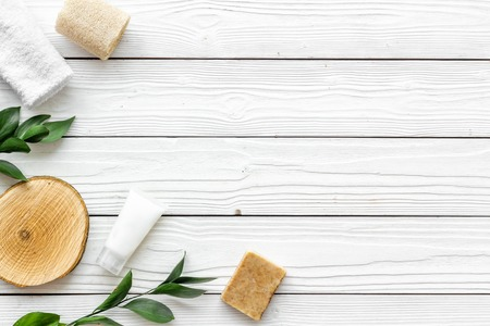 Photo pour Organic spa with herbal cosmetics on white wooden background top view mockup. - image libre de droit