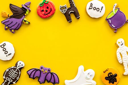 Foto de Halloween decorations frame on yellow background top view copyspace - Imagen libre de derechos