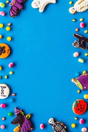 Foto de Halloween decorations frame on blue background top view copyspace - Imagen libre de derechos