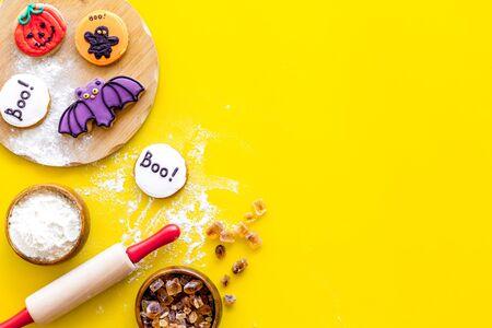 Foto de Cook halloween gingerbread cookies on yellow background top view copyspace - Imagen libre de derechos