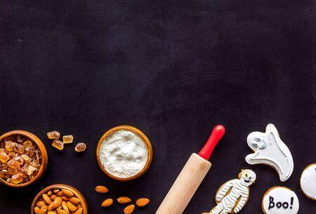 Foto de Cook halloween gingerbread cookies on black background top view copyspace - Imagen libre de derechos