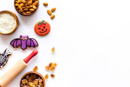 Foto de Cook halloween gingerbread cookies on white background top view copyspace - Imagen libre de derechos