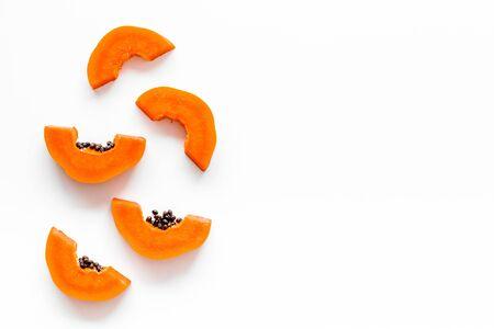 Foto de Ripe juicy papaya. Slices of papaya top view. - Imagen libre de derechos