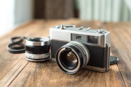 Foto de Old retro Film camera on wooden background that had been popular in the past - Imagen libre de derechos