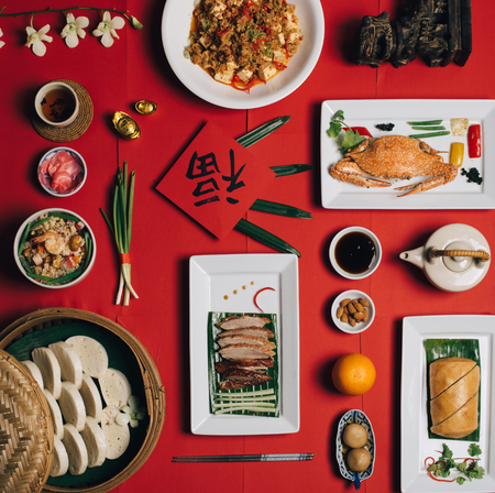 Foto de Concept picture for Chinese new year table set up and Chinese deish with Chinese word means fortune - Imagen libre de derechos