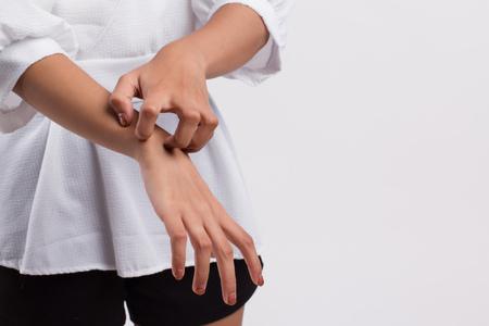 Photo pour itching woman scratching her skin - image libre de droit