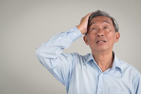 Foto de sick stressed old senior man headache, dizzyness, sinus inflammation, stress, migraine, alzheimer, parkinson disease concept - Imagen libre de derechos