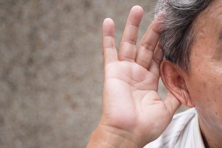 Foto de senior old man listening or hearing information - Imagen libre de derechos