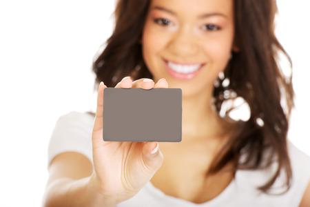 Photo pour Happy african woman holding a card. - image libre de droit