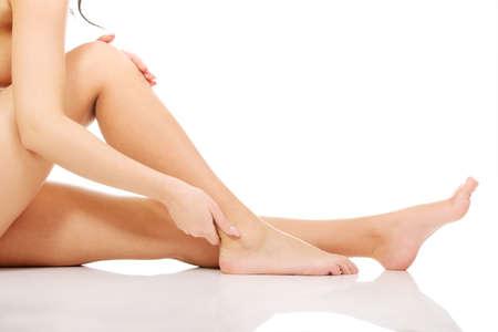 Photo pour Spa woman touching her slim legs. - image libre de droit