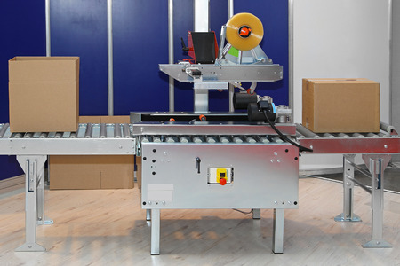 Photo pour Automated packaging machine for boxes in factory - image libre de droit