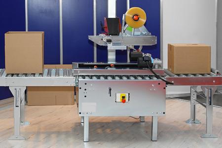 Foto de Automated packaging machine for boxes in factory - Imagen libre de derechos