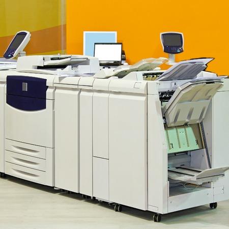 Foto de Big digital printer machinery in copy office - Imagen libre de derechos
