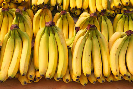 Photo pour Bunch of ripened bananas at grocery store - image libre de droit