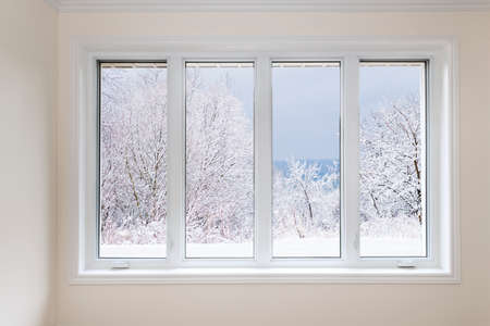Foto de Large four pane window looking on snow covered trees in winter - Imagen libre de derechos