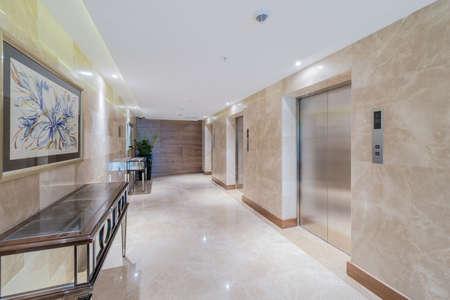 Foto de Hotel lobby with elevator space - Imagen libre de derechos