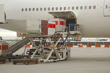 Photo pour Loading cargo containers into an airliner - image libre de droit